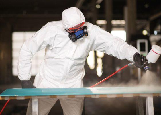 peintre qui travaille avec une combinaison de protection à usage unique