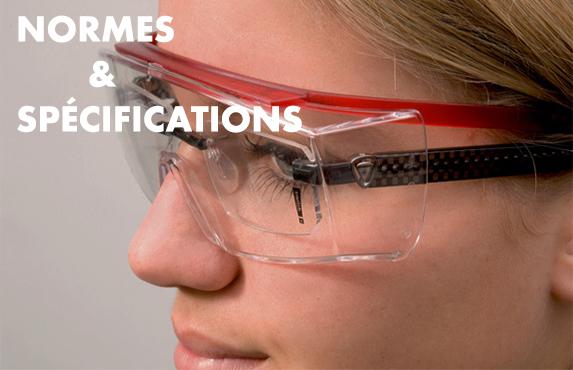 Femme portant des lunettes de vue et protection