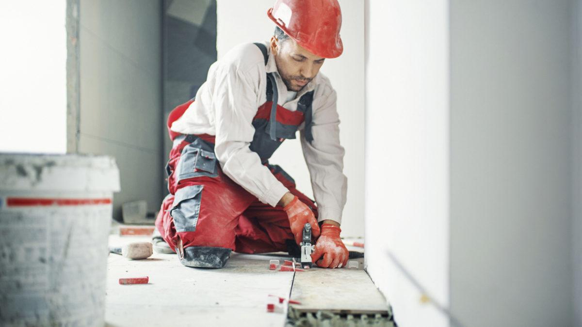 Foret, meuleuse, coupe-carreaux : quels outils utiliser pour découper et percer du carrelage ?