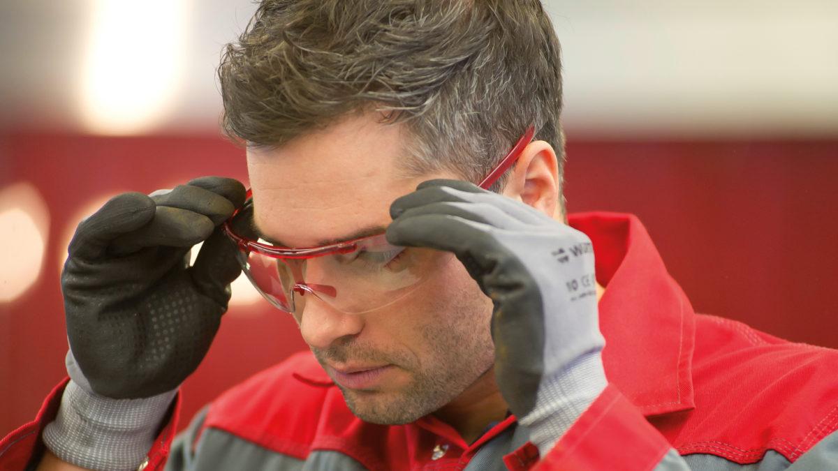 Quels sont les équipements indispensables pour protéger efficacement ses yeux sur un chantier ?